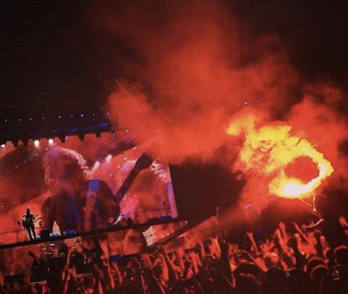 Sinalizadores-Iron-Maiden-Bruce-Dickinson-sai-do-palco-na-Grécia-FuteRock
