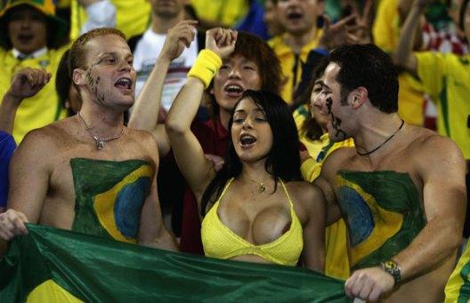Garota-paga-peitinho-no-estádio-da-Copa-FuteRock