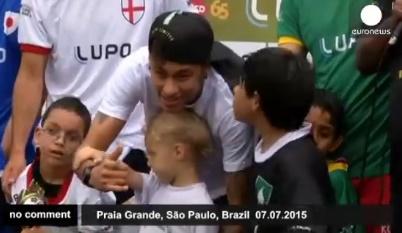 neymar-ajuda-criança-deficiente-a-chutar-uma-bola-FuteRock